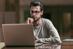 Młoda informatyka studencka używa laptop studiować przy Politechniczną szkołą w Caceres, Hiszpania fotografia royalty free