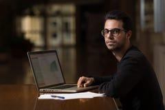 Młoda informatyka studencka używa laptop studiować w Caceres, Hiszpania zdjęcie royalty free