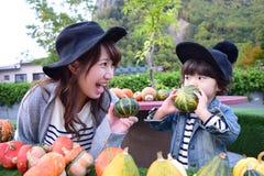 Młoda japończyk matka bawić się z jej synem Fotografia Royalty Free
