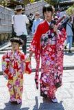 Młoda japończyk matka z córką w jaskrawym kimonie troszkę Zdjęcie Stock