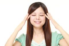 Młoda Japońska kobieta robi jaźni głowy masażowi zdjęcie royalty free
