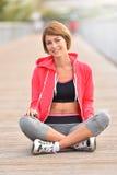 Młoda jogger kobieta relaksuje po biegać zdjęcie royalty free