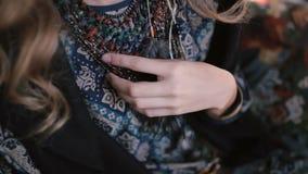 Młoda kędzierzawa blond dziewczyna pozuje w studiu zdjęcie wideo