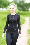 Młoda Kaukaska kobieta Bierze przespacerowanie w parku zdjęcie stock