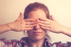 Młoda Kaukaska kobieta zakrywa ona oczy z rękami Obraz Royalty Free