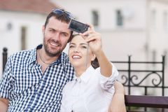 Młoda Kaukaska para w miłości Siedzi na ławce Outdoors Obraz Stock