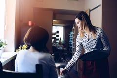 Młoda kelnerka w fartuch porci kawy latte obraz royalty free