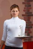 Młoda kelnerka z tacą w ręce Obrazy Stock