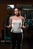 Młoda Kobieta Ćwiczy bicepsy Z Dumbbells Zdjęcia Stock