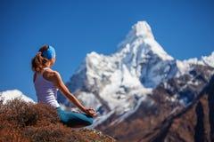 Młoda kobieta ćwiczy joga Fotografia Stock