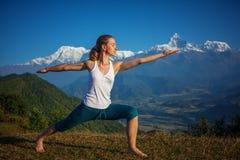 Młoda kobieta ćwiczy joga Obrazy Royalty Free