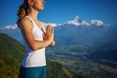 Młoda kobieta ćwiczy joga Zdjęcie Royalty Free
