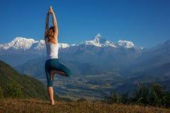 Młoda kobieta ćwiczy joga Obrazy Stock
