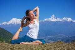 Młoda kobieta ćwiczy joga Zdjęcia Stock