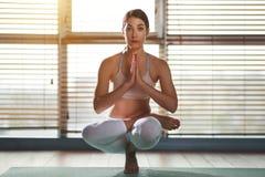 Młoda kobieta ćwiczy joga przy gym okno obrazy stock