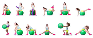 Młoda kobieta ćwiczy na bielu z piłką Fotografia Stock