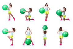 Młoda kobieta ćwiczy na bielu z piłką Fotografia Royalty Free
