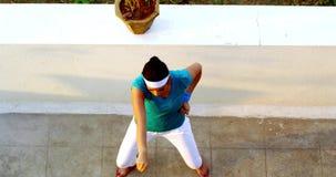 Młoda kobieta ćwiczy na karate zbiory wideo
