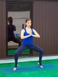 Młoda kobieta ćwiczy postępowego joga sprawności fizycznej trening 23 Obrazy Royalty Free
