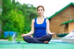 Młoda kobieta ćwiczy postępowego joga sprawności fizycznej trening 21 Obraz Stock