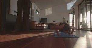 Młoda kobieta ćwiczy robić w domu pcha podnosi zbiory wideo