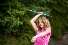 Młoda kobieta ćwiczy rzucający dardę obraz stock