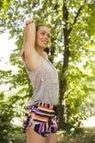 Młoda kobieta ćwiczy w parku przy letnim dniem Obraz Stock