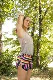 Młoda kobieta ćwiczy w parku przy letnim dniem Zdjęcia Royalty Free