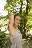 Młoda kobieta ćwiczy w parku przy letnim dniem Zdjęcie Royalty Free