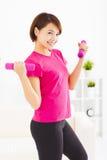 młoda kobieta ćwiczy z dumbbells w żywym pokoju Obrazy Stock