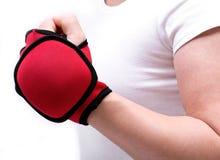 Młoda kobieta ćwiczy z jeden lb obciążającą rękawiczką Obraz Stock