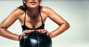 Młoda kobieta ćwiczy z medycyny piłką Zdjęcie Stock
