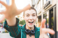 Młoda kobieta łapie kamerę z rękami zdjęcia stock