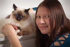 Młoda kobieta ściska jej Birman kota Zdjęcia Royalty Free