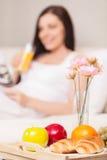 Młoda kobieta śniadanie w łóżku Fotografia Royalty Free