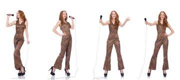 Młoda kobieta śpiew w karaoke odizolowywającym na bielu Obrazy Stock