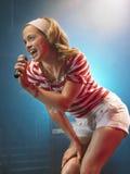 Młoda Kobieta śpiew W mikrofon zdjęcie royalty free
