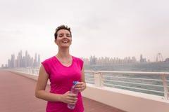 Młoda kobieta świętuje pomyślnego szkolenie bieg Zdjęcie Royalty Free