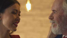 Młoda kobieta żywieniowy stary człowiek, flirtuje z on, miłość pomimo pełnoletniej różnicy zdjęcie wideo