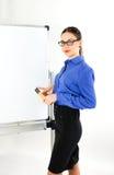 Młoda kobieta adiunkta pozycja blisko zarządu szkoły młoda kobieta prowadzi wykład zdjęcie royalty free