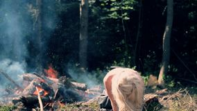 Młoda kobieta aktywnie rusza się przeciw tłu jaskrawy ogień zbiory wideo