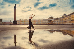 Młoda kobieta balerina tanczy na kwadracie fotografia stock