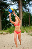 Młoda kobieta bawić się siatkówkę Obraz Royalty Free