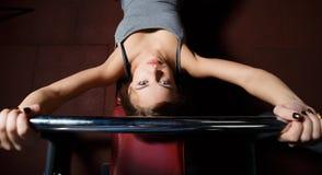 młoda kobieta bawić się sporty w sport sala obraz stock