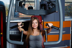 młoda kobieta bawić się sporty w sport sala Obrazy Stock
