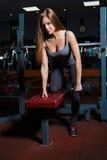 młoda kobieta bawić się sporty w sport sala Fotografia Stock