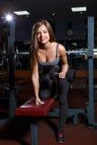 młoda kobieta bawić się sporty w sport sala obraz royalty free