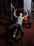 młoda kobieta bawić się sporty w sport sala zdjęcia royalty free