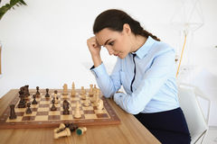 Młoda kobieta bawić się szachy Fotografia Stock