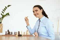 Młoda kobieta bawić się szachy Obrazy Stock